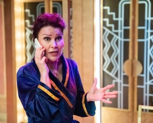 Arja Korisevan roolihahmo Menopaussissa on soittaa tärkeän puhelun.