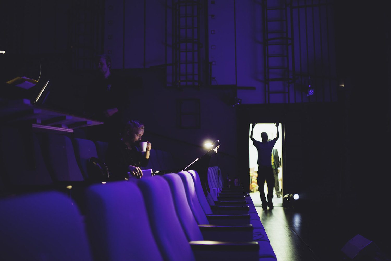 Riihimäen Teatterin salissa valmistaudutaan harjoituksiin.